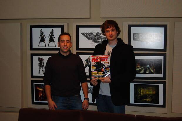 Uno de los viajes de Villasante con Hobby Consolas fue para ver 'Bioshock 2'. En la imagen, con Jordan Thomas, director del juego.