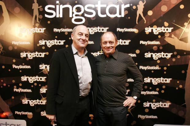 James Armstrong, anterior responsable de Sony para el sur de Europa y Paco Pastor, en una fiesta del juego de PlayStation 'SingStar'.