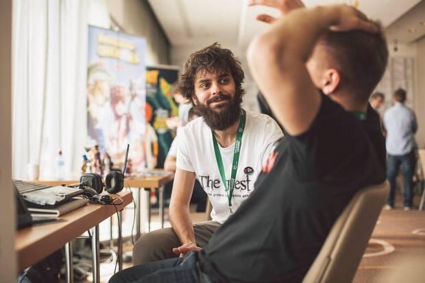 De la Torre en el Reboot Develop de Dubrovnic, explicando 'The Guest' a un asistente al evento.