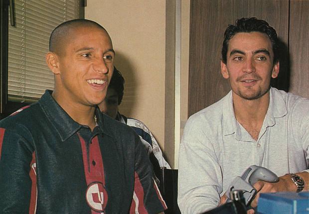 Manuel jugando con el futbolista Roberto Carlos a 'International Superstar Soccer' en 1996.