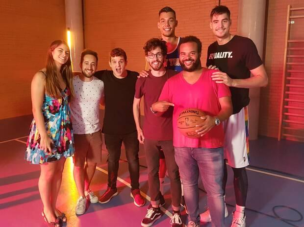 El equipo de 'NBA 2K'. A la derecha, en la fila delantera, el productor musical Carlos Jean. Detr