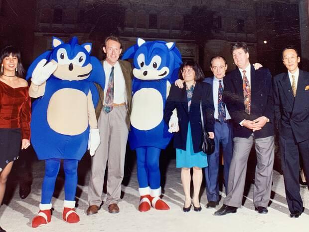 Parte del equipo de Sega. De izquierda a derecha: Carolina Moreno (product manager), Nick Alekander entre dos Sonic, Angelines Rodr