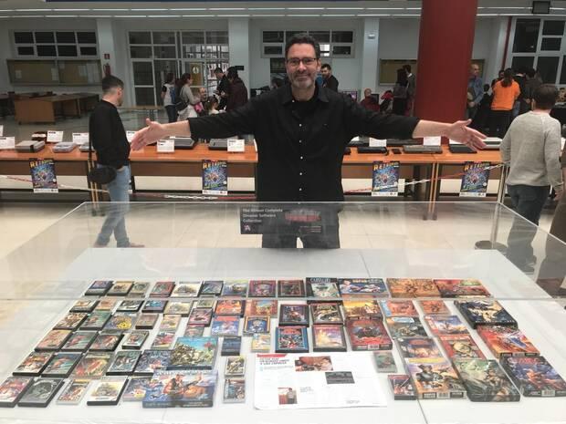 Ruiz posando con buena parte de los juegos publicados por Dinamic Software.