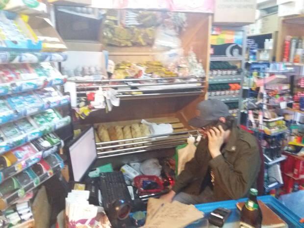 Verz dice de esta foto que estaba 'arreglando el router a un comerciante chino de la zona'.