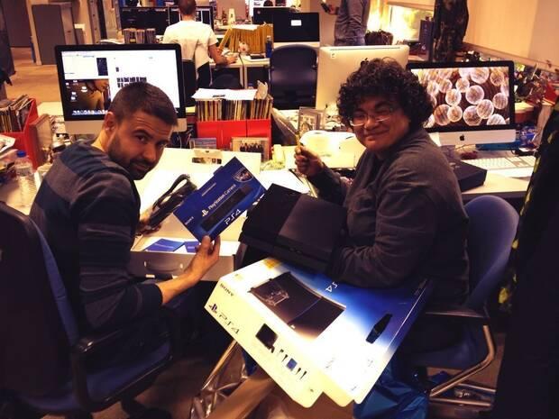 Acal y Herranz desembalando PlayStation 4 en la redacci