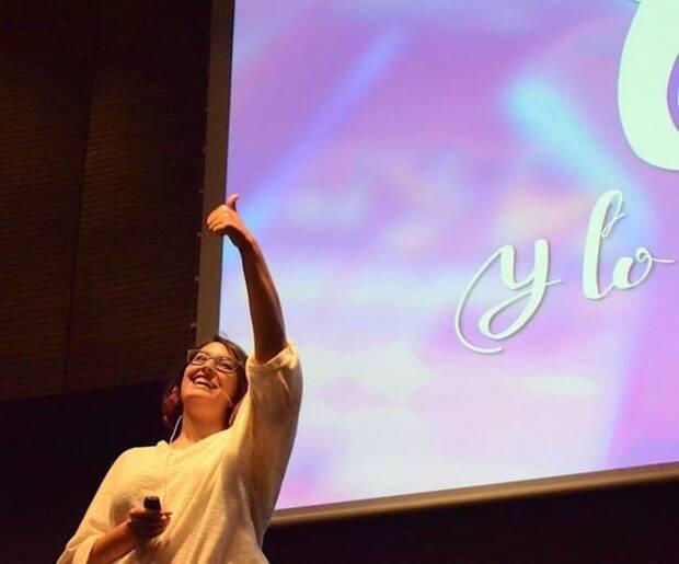 Curiel impartiendo una charla sobre FemDevs durante el segundo evento Gaming Ladies.