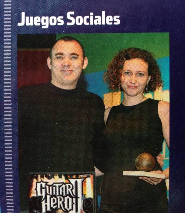 Guerra recogiendo un premio a 'Guitar Hero 2'.