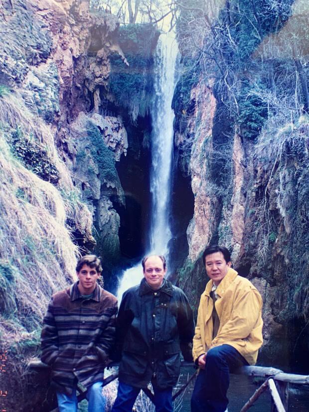De izquierda a derecha, el hijo de Pastor, Pastor y Tatsuo Ota visitando el Monasterio de Piedra.