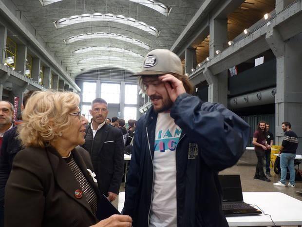 Edu Verz junto a la anterior alcaldesa de Madrid, Manuela Carmena, en el Guerrilla Games Festival. 'A