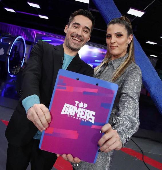 Oliveras junto a Jordi Cruz, presentador de Top Gamers Academy. El programa se pudo ver en Twitch, los canales de PlayStation y Neox.
