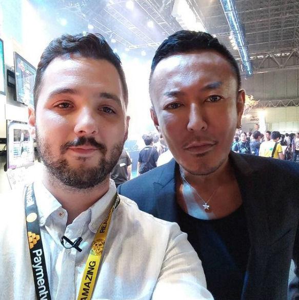 Robles con Toshihiro Nagoshi, creador de la serie 'Yakuza'.